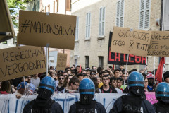 Manifestanti e cartelli durante la contestazione a Matteo Salvini a Senigallia del 14 maggio