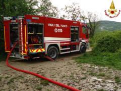I Vigili del Fuoco intervengono per l'incendio a un capanno agricolo