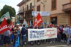 I 71 dipendenti del cementificio Sacci di Castelraimondo hanno manifestato contro il rischio di chiusura dello stabilimento