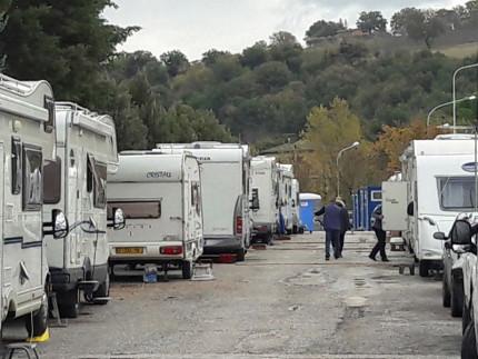 Roulottes e camper ospitano la popolazione di San Severino Marche dopo il sisma del 30 ottobre 2016