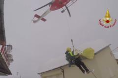 I soccorsi dei Vigili del Fuoco con l'elicottero per recuperare una coppia di anziani in località Fleno di Acquasanta Terme (AP)