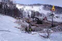 Le operazioni di scavo e soccorso nell'area dell'hotel Rigopiano a Farindola di Pescara