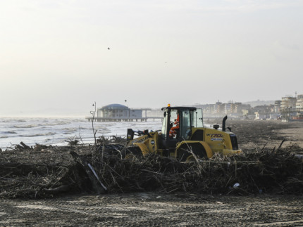 Rifiuti e detriti spiaggiati a Senigallia dopo una mareggiata