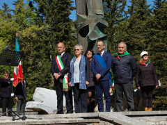 L'omaggio ai caduti durante le celbrazioni del 25 aprile, festa della Liberazione, ad Ascoli Piceno