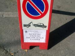 Il cartello di divieto di sosta per la manifestazione Summer Jamboree contiene un evidente errore