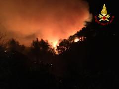 Un vasto incendio si è sviluppato sul Colle San Bartolo, nel pesarese