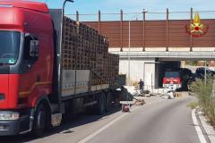 I vigili del fuoco sono dovuti intervenire sulla strada provinciale 34, tra Castelferretti e Camerata Picena, per soccorrere un autocarro in difficoltà