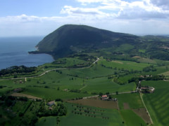 Panorama del promontorio del Monte Conero e delle sue campagne