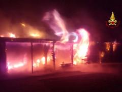 Incendio all'ingresso del porto della Rovere di Senigallia