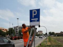 Operaio al lavoro a Fermo per le indicazioni dei parcheggi per il Jova Beach Party