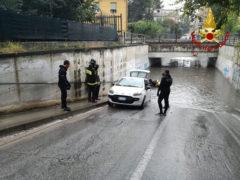 Allagamenti ad Ancona, auto bloccata nel sottopasso di Vallemiano