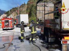 Incendio di un autocarro lungo la SS76 a Fabriano