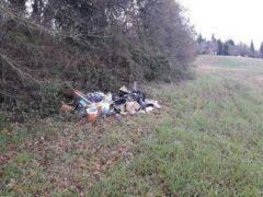 Rifiuti abbandonati in zona Montanello a Macerata