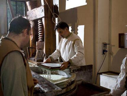 Lavorazione della carta a mano