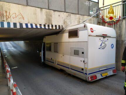 Camper incastrato in un sottopasso di Jesi